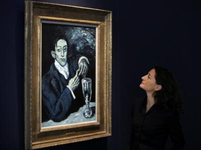"Giovanna Bertazzoni Poses for Photographers in Front of 1903 Pablo Picasso's ""The Absinthe Drinker"""