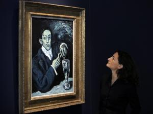 """Giovanna Bertazzoni Poses for Photographers in Front of 1903 Pablo Picasso's """"The Absinthe Drinker"""""""