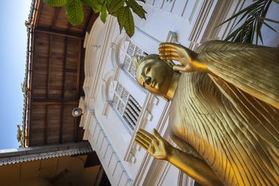 https://imgc.allpostersimages.com/img/posters/golden-statue-at-the-entrance-of-gangaramaya-temple-colombo-sri-lanka-asia_u-L-PQ8MSZ0.jpg?artPerspective=n
