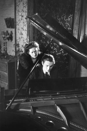 https://imgc.allpostersimages.com/img/posters/gothic-piano-couple_u-L-Q106NWV0.jpg?p=0