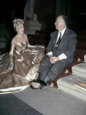 Grace Kelly and le realisateur Alfred Hitchcock sur le tournage du film La Main au Collet TO CATCH