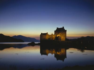 https://imgc.allpostersimages.com/img/posters/grov-britanien-schottland-eilean-donan-castle-mit-loch-duich-am-abend-abendstimmung-burg-see_u-L-Q11YNUE0.jpg?p=0