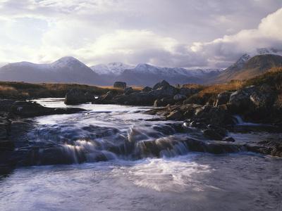 https://imgc.allpostersimages.com/img/posters/grov-britannien-schottland-strathclyde-rannoch-moor-river-ba-natur-berglandschaft_u-L-Q11YGNI0.jpg?p=0