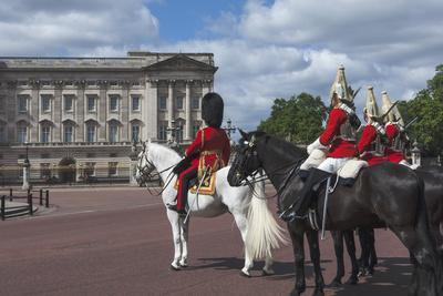 https://imgc.allpostersimages.com/img/posters/guards-officer-and-escort-awaiting-guards-detachments-outside-buckingham-palace_u-L-PWFAWM0.jpg?p=0