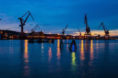 https://imgc.allpostersimages.com/img/posters/harbour-cranes-at-dusk-gothenburg-province-of-vaestra-goetalands-laen-swede_u-L-Q1EXVF40.jpg?artPerspective=n