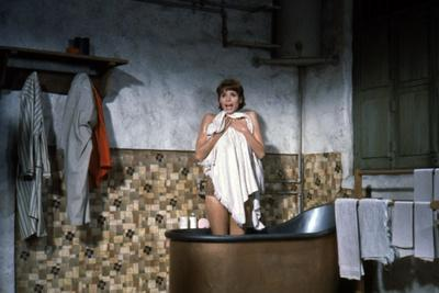 https://imgc.allpostersimages.com/img/posters/hatari-1962-directed-by-howard-hawks-elsa-martinelli-photo_u-L-Q1C3TI70.jpg?artPerspective=n