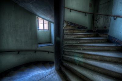 https://imgc.allpostersimages.com/img/posters/haunted-interior-stariway_u-L-Q10DQUF0.jpg?artPerspective=n