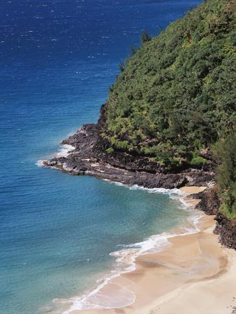 https://imgc.allpostersimages.com/img/posters/hawaii-kauai-a-beach-along-the-na-pali-coast_u-L-PXRRD80.jpg?p=0