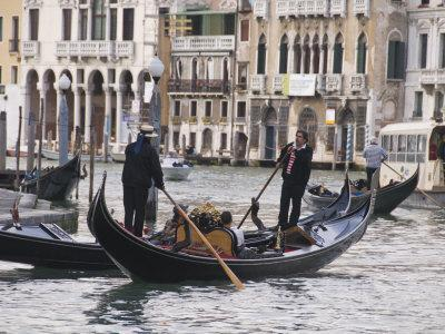 Gondolas on the Grand Canal, Rialto, Venice, UNESCO World Heritage Site, Veneto, Italy, Europe