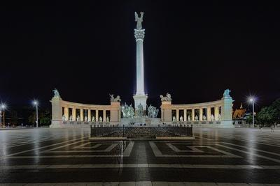 https://imgc.allpostersimages.com/img/posters/heroes-square-at-night-in-budapest-hungary_u-L-Q1ASFBO0.jpg?p=0