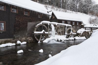 https://imgc.allpostersimages.com/img/posters/hexenlochmuehle-in-winter-black-forest-baden-wurttemberg-germany_u-L-Q1EY5SR0.jpg?artPerspective=n