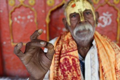 https://imgc.allpostersimages.com/img/posters/hindu-blessing-mathura-uttar-pradesh-india_u-L-Q1GYIKE0.jpg?artPerspective=n