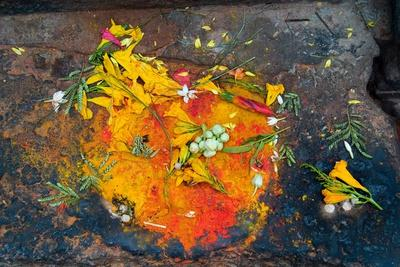 https://imgc.allpostersimages.com/img/posters/hinduism-pigments-red-kumkum-yellow-turmeric-saffron-powder-and-scattered-flower-petal_u-L-PLSYRJ0.jpg?p=0