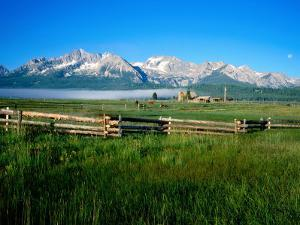 Arrow a Ranch and Sawtooth Mountains, Stanley, Idaho by Holger Leue