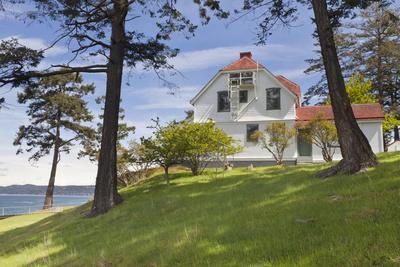 https://imgc.allpostersimages.com/img/posters/home-of-turn-point-lighthouse-keeper-stuart-island-washington-usa_u-L-PN72S30.jpg?p=0