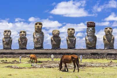 https://imgc.allpostersimages.com/img/posters/horses-grazing-at-the-15-moai-restored-ceremonial-site-of-ahu-tongariki_u-L-PQ8N8N0.jpg?artPerspective=n