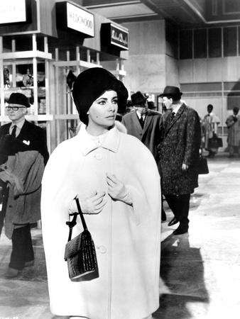 https://imgc.allpostersimages.com/img/posters/hotel-international-the-v-i-p-s-d-anthony-asquith-with-elizabeth-taylor-1963-b-w-photo_u-L-Q1C23ZY0.jpg?artPerspective=n
