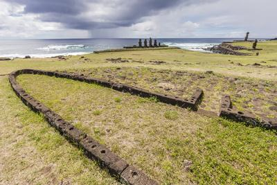 https://imgc.allpostersimages.com/img/posters/house-foundation-and-sevem-moai-in-the-tahai-archaeological-zone_u-L-PQ8TFN0.jpg?artPerspective=n