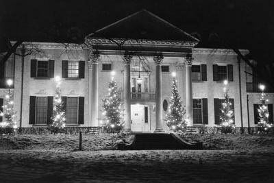 https://imgc.allpostersimages.com/img/posters/house-in-winter-with-christmas-lights_u-L-PZOIHD0.jpg?p=0
