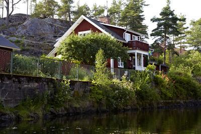 https://imgc.allpostersimages.com/img/posters/houses-with-lennartsfors-in-the-dalsland-canal-on-lelang-lake-dalsland-vaermlands-laen-sweden_u-L-Q1EXX7L0.jpg?artPerspective=n