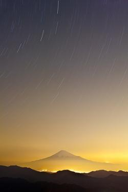 Mt. Fuji and Star Trails by huayang