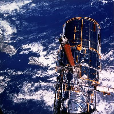 https://imgc.allpostersimages.com/img/posters/hubble-space-telescope-above-the-earth_u-L-Q10LLJN0.jpg?artPerspective=n
