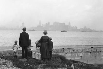 https://imgc.allpostersimages.com/img/posters/immigrant-family-looking-at-new-york-skyline_u-L-PZS4CB0.jpg?p=0