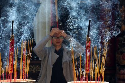 https://imgc.allpostersimages.com/img/posters/incense-sticks-taoist-temple-phuoc-an-hoi-quan-pagoda_u-L-Q1GYKIG0.jpg?artPerspective=n