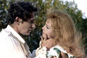 INDOMPTABLE ANGELIQUE, 1967 directed by BERNARD BORDERIE Robert Hossein and Michele Mercier (photo)