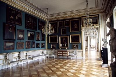 https://imgc.allpostersimages.com/img/posters/interior-of-palace-on-water_u-L-PPQK070.jpg?artPerspective=n