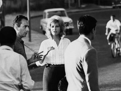 https://imgc.allpostersimages.com/img/posters/italian-director-michelangelo-antonioni-1912-2007-on-the-set-of-the-film-l-eclisse-with-monica_u-L-Q1C454I0.jpg?artPerspective=n