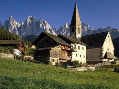 https://imgc.allpostersimages.com/img/posters/italien-sv-dtirol-dolomiten-villnv-v-tal-st-magdalena-geislerspitzen-berglandschaft_u-L-Q11YUVS0.jpg?artPerspective=n