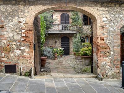 https://imgc.allpostersimages.com/img/posters/italy-tuscany-montefollonico-the-medieval-town-of-montefollonico_u-L-PXRSYF0.jpg?p=0