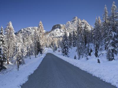 https://imgc.allpostersimages.com/img/posters/italy-veneto-sextener-dolomiten-mountains-drei-zinnen-mountain-street_u-L-Q11YIFA0.jpg?p=0