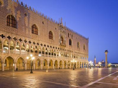 https://imgc.allpostersimages.com/img/posters/italy-veneto-venice-st-mark-s-square-doge-s-palace-lighting-dusk_u-L-Q11YRYS0.jpg?p=0