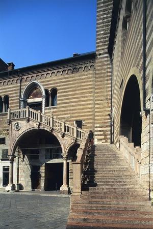 https://imgc.allpostersimages.com/img/posters/italy-veneto-verona-palazzo-del-comune-o-della-ragione-scala-della-ragione-staircase_u-L-PRBMQC0.jpg?p=0