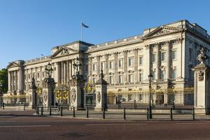 Buckingham Palace, near Green Park, London, England by James Emmerson