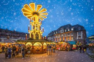 Christmas market on the marketplace in Heidelberg, Baden-Württemberg, Germany by Jan Christopher Becke