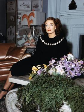 Joan Crawford chez elle dans les annees 40 - Joan Crawford at home in the 40's (photo)