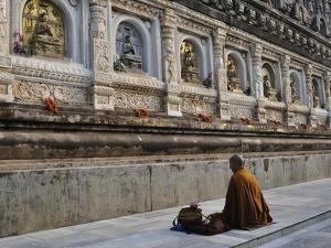 Monk, Mahabodhi Temple, Bodh Gaya (Bodhgaya), Gaya District, Bihar, India, Asia by Jochen Schlenker