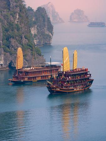https://imgc.allpostersimages.com/img/posters/junk-boat-and-karst-islands-in-halong-bay-vietnam_u-L-PHAQH40.jpg?artPerspective=n