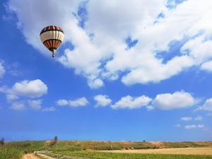 Scenic Hot Air Balloon in Free Flight. Gorgeous Day in April in Southern by kavram