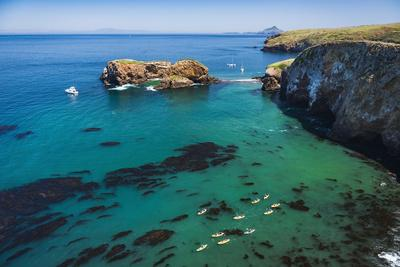https://imgc.allpostersimages.com/img/posters/kayaks-and-sailboats-at-scorpion-cove-santa-cruz-island-channel-islands-np-california-usa_u-L-Q1H20740.jpg?artPerspective=n