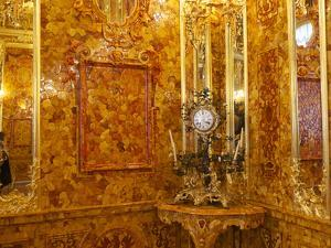 The Amber Room in the Catherine Palace in Tsarskoye Selo by Keenpress