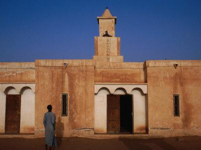 https://imgc.allpostersimages.com/img/posters/kiffa-wood-and-mud-mosque-kiffa-assabra-mauritania_u-L-P4CF4R0.jpg?artPerspective=n