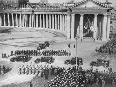 https://imgc.allpostersimages.com/img/posters/king-and-queen-of-italy-arriving-at-vatican_u-L-PZOR530.jpg?artPerspective=n