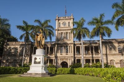 https://imgc.allpostersimages.com/img/posters/king-kamehameha-statue-in-front-of-aliiolani-hale-hawaii-state-supreme-court_u-L-PWFIHZ0.jpg?p=0