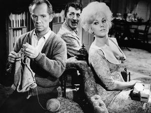 KISS ME STUPID, 1964 directed by BIILY WILDER Ray Walston, Dean Martin and Kim Novak (b/w photo)
