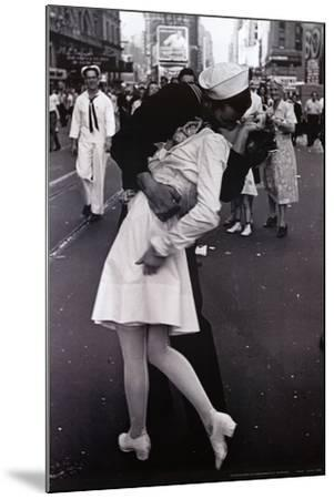 Kissing on VJ Day
