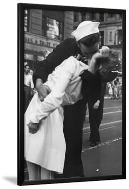 Kissing the War Goodbye Sailor and Nurse Art Poster Print